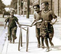 Boys_with_hoops_on_Chesnut_Street-420x373