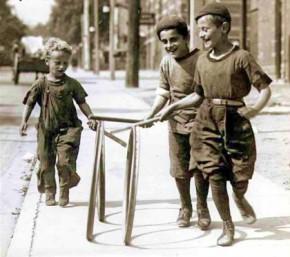 Boys_with_hoops_on_Chesnut_Street-420x373